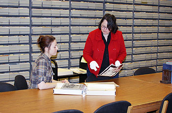 Lynn Duchez Bycko helps a visitor to Special Collections